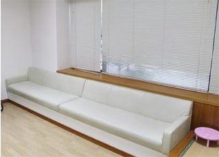 待ち時間は、こちらのソファでごゆっくりお過ごしください。