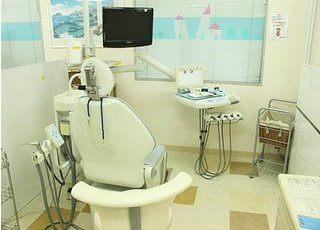 診療チェアにはモニターが設置されています。