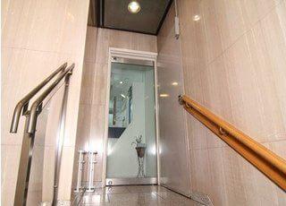 あさひ歯科の入り口です。2階になりますので、階段からお越しください。