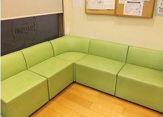 待合室には広いソファーがございます。