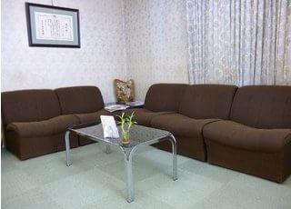 ふかふかのソファーでくつろげる待合室です。