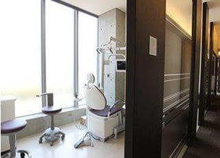 診療室には、窓があり光が差し込みます。
