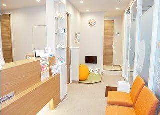 待合室です。オレンジを基調とした温かみのある空間を意識しています。