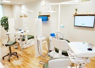 診察室です。チェアの前にはモニターがあり、視覚的にもわかりやすい説明を心掛けています。
