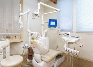 歯科用のユニットです。広い空間でスペースを十分に確保しています。