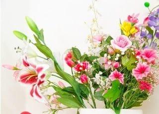 院内には色鮮やかなお花を飾っています。