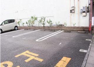駐車場は6台分ございます。
