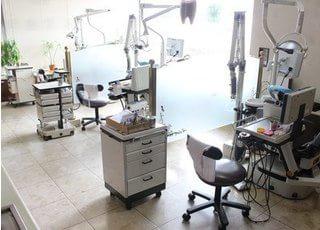 診療室です。パーテーションで仕切られておりますので、プライベート空間を確保いただけます。