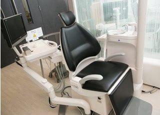 各診療チェアにモニターがありますので、CTで撮影した画像を用いて説明しながら治療いたします。