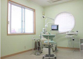 診察室は明るく広々とした空間です。