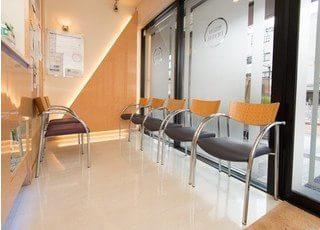 待合室は明るい雰囲気でリラックスしてお待ちいただけます。