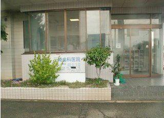 三崎歯科医院の外観です。駐車場をご用意しています。