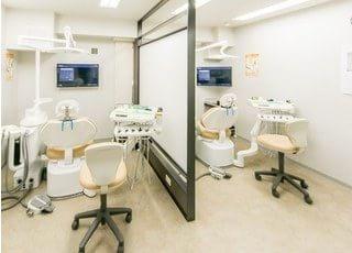 診療室は隣の患者様に見られることがないよう、大きな仕切りを設置しています。