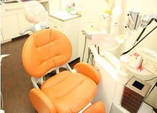 診療チェアです。オレンジ色が鮮やかでふかふかした座り心地です。