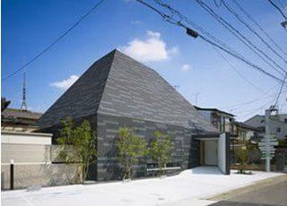 2011年9月1日にリニューアルオープンしました。名古屋市天白区のぜんなみ歯科クリニックはピラミッドをイメージした建物です。