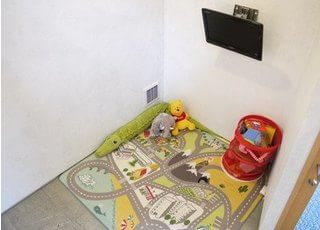 キッズスペースは、「子どもを預けられないから歯医者に行けない…」ママのために安心して治療を受けられるようにキッズコーナーを設けております。楽しく遊べるおもちゃやビデオ、絵本も設置し、ママの診療中の託児サービスも好評です。