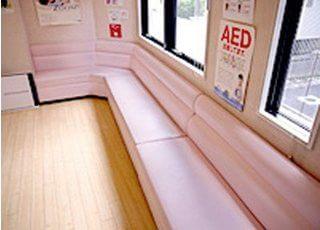 待合室にはピンク色のソファーがあり、リラックスしてお待ちになれます。