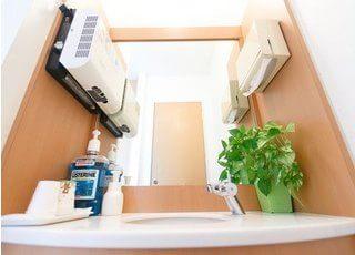 洗面台です。診療前後のブラッシングや化粧直しなどにご利用ください。