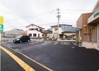 医院敷地内にある駐車場です。広くてとめやすいのでお車の方も安心してお越しください。