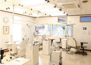 明るい診療室で治療を行います。