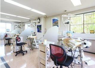 診療室は光の差し込む明るい空間です。