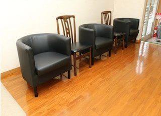 待合室にはソファがあり、診察までの間くつろいでいただけます。