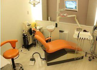 オレンジ色のおしゃれな診療チェアです。