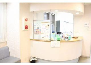 待合室は患者様がリラックスしてお待ちいただけるよう、絵を飾っています。