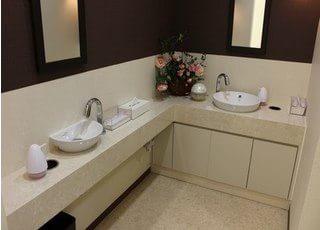 洗面台もあるので、診療前後の身だしなみ等にお使いください。