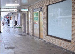 当院の外観です。阪急「園田駅」の構内という立地の良い場所にある歯科医院です。
