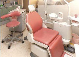 診療チェアです。院内は清潔で安全な空間を心がけております。