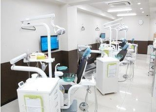 広い診療室で快適に治療を受けることが出来ます。