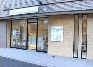 当ドルフィンファミリー歯科は、東京都江戸川区の南葛西4丁目1番地23号に位置するフェアウィンド南葛西の1階にございます。