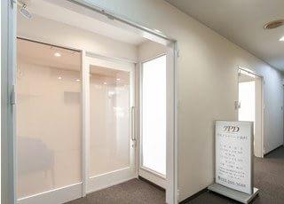 クリニックの入り口です。ダンガミⅡビルの7階にあります。