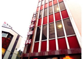 大きな赤いビルが目印です。