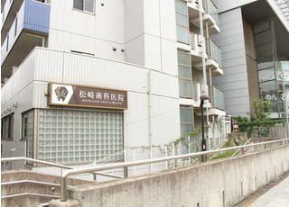 当院が入っているビルです。茶色の看板を目印にお越しください。