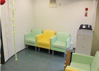 待合室です。椅子にかけてお待ちください。