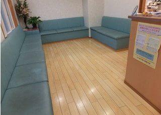 広々とした待合スペースです。おくつろぎください。