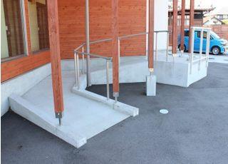 入口にはスロープがあり、院内はバリアフリーとなっております。