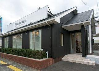 西田歯科医院の外観です。駐車場も完備しています。