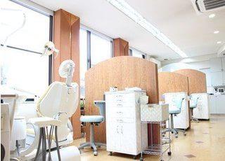 院内は明るくそれぞれが仕切られたユニットで治療を受けていただくことができます。