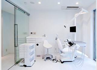 診療室は白を基調とした清潔感のある空間です。