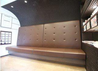 待合室のソファです。リラックスしていただきながらお待ちください。
