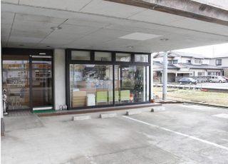 医院前に駐車スペースがございます。