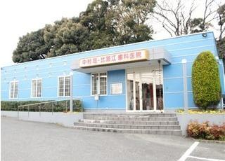 こちらが当院の外観です。青い建物が目印です。