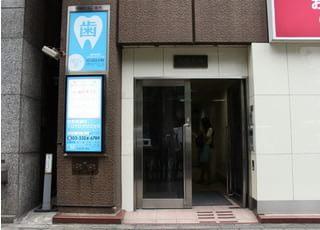 新宿駅から3分と、通院していただきやすい場所にあります。
