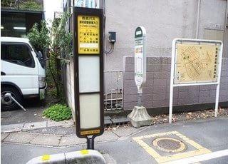 浦和西警察署入り口のバス停よりお越しください。