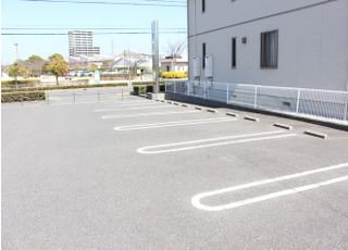 専用駐車場が10台分ございますので、お車での通院も可能です。