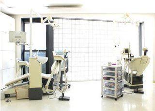 診療室です。治療に関する疑問点やお悩みはお気軽に歯科医師にご相談ください。