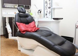 個室の診療チェアです。患者様がリラックスして治療を受けていただける環境に配慮しています。